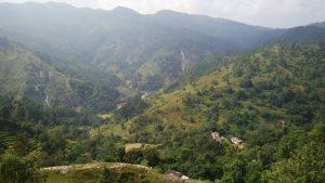 पहाड़ों के बीच जीवन कैसे फलता है ,इसे समझने के लिए तस्वीर में मौजूद गाँव को देखो. पहाड़ की जटिलता समझ आ जायेगी